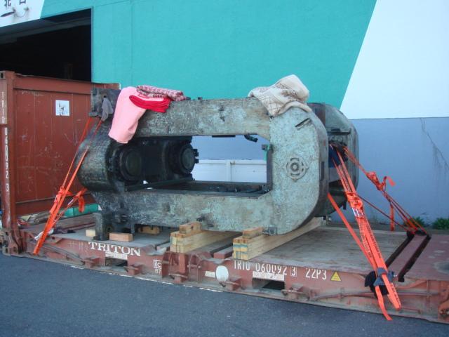 20 FR フラットラックコンテナに、ハウジングを積み込み中 (4HI CRM)