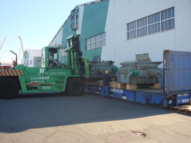 40 FR フラットラックコンテナに、テンションリールを積み込み中 (4HI CRM)