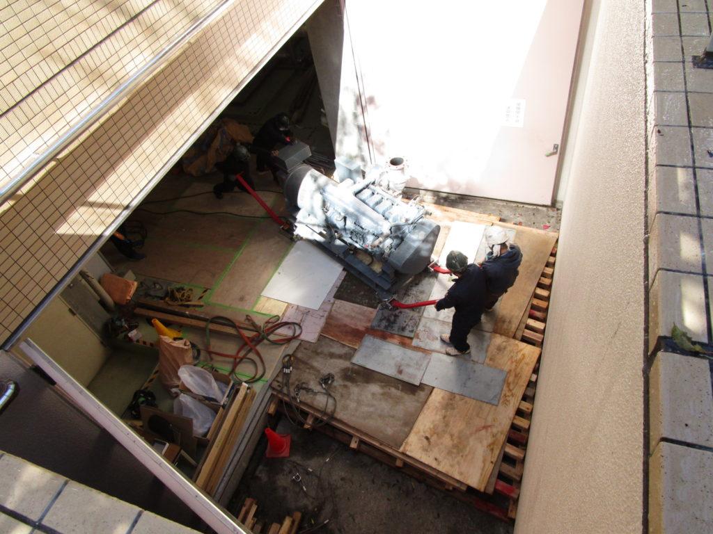 地下1階の発電機を電動チルローラーで、排気口までコロ引き