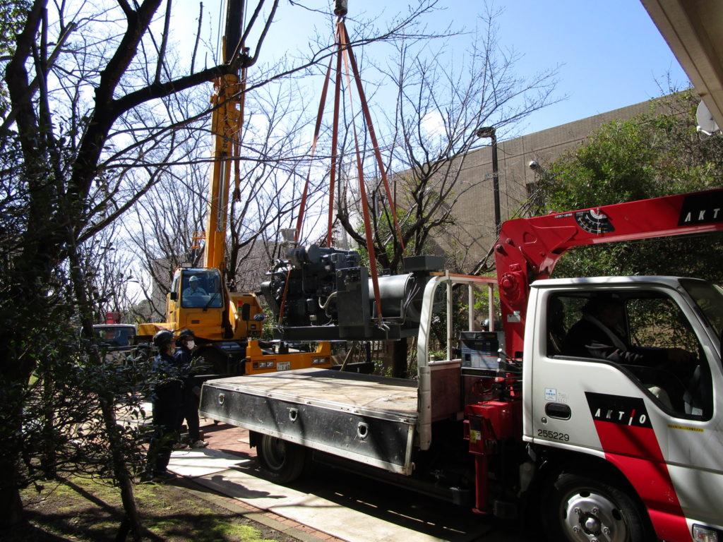 16トン レッカーで吊り上げ、2トン トラックの荷台に積み込み