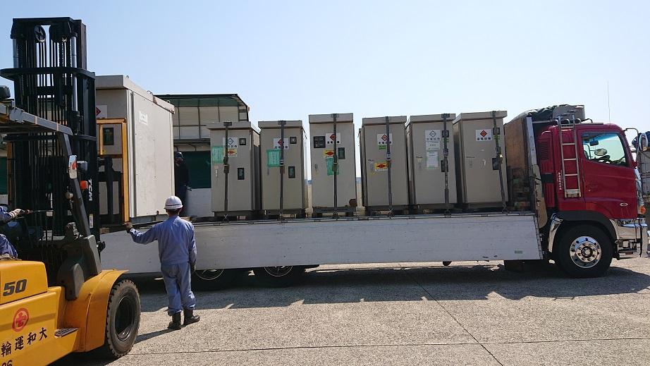 大阪南港で10トン車へ、積み替え作業中。。