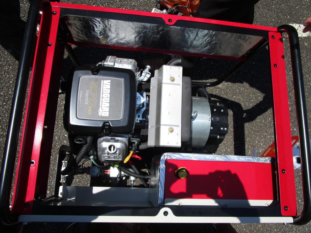 発電機の上部にあるフタを取り外すと、ヴァンガードエンジンがでてきます。