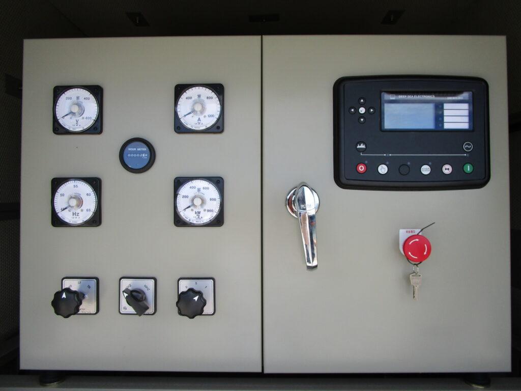 KGD500 コントロールパネルは、デジタル計 (右側) と アナログ計 (左側) を標準搭載