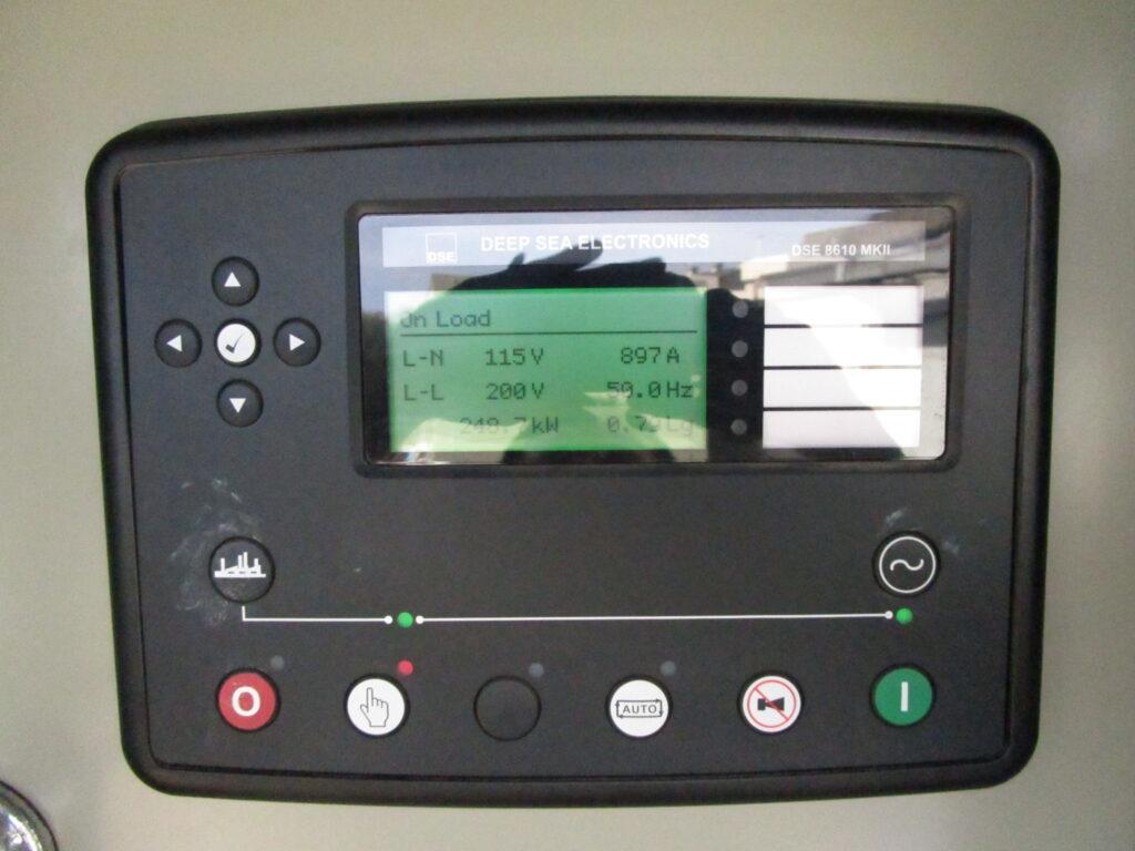 ディープシー製 コントローラーでは、負荷出力・電圧・電流・周波数など分かりやすくモニタリング。