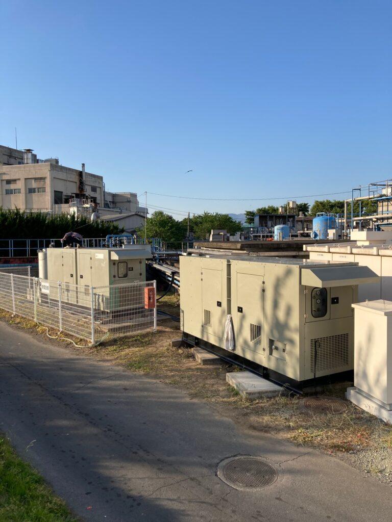 洗車・ワックスがけがおわり、夕日でピカピカになった発電機たち