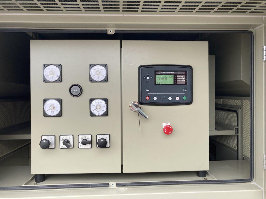 左側 : 日本の法律に準拠したアナログ計器、右側 : デジタルコントローラーは日本語で表示されます。