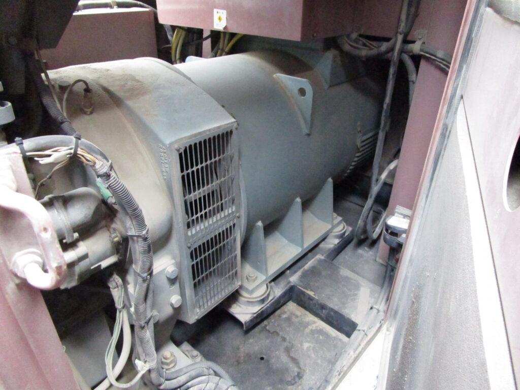 タンフォード製 発電機 HC544C1 には、粉塵がびっしりと固着していました。